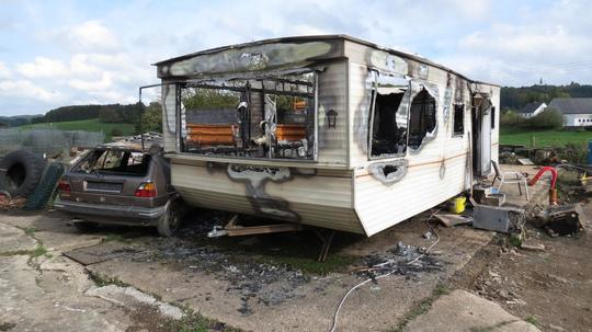 wohnwagen und auto in der eifel komplett ausgebrannt